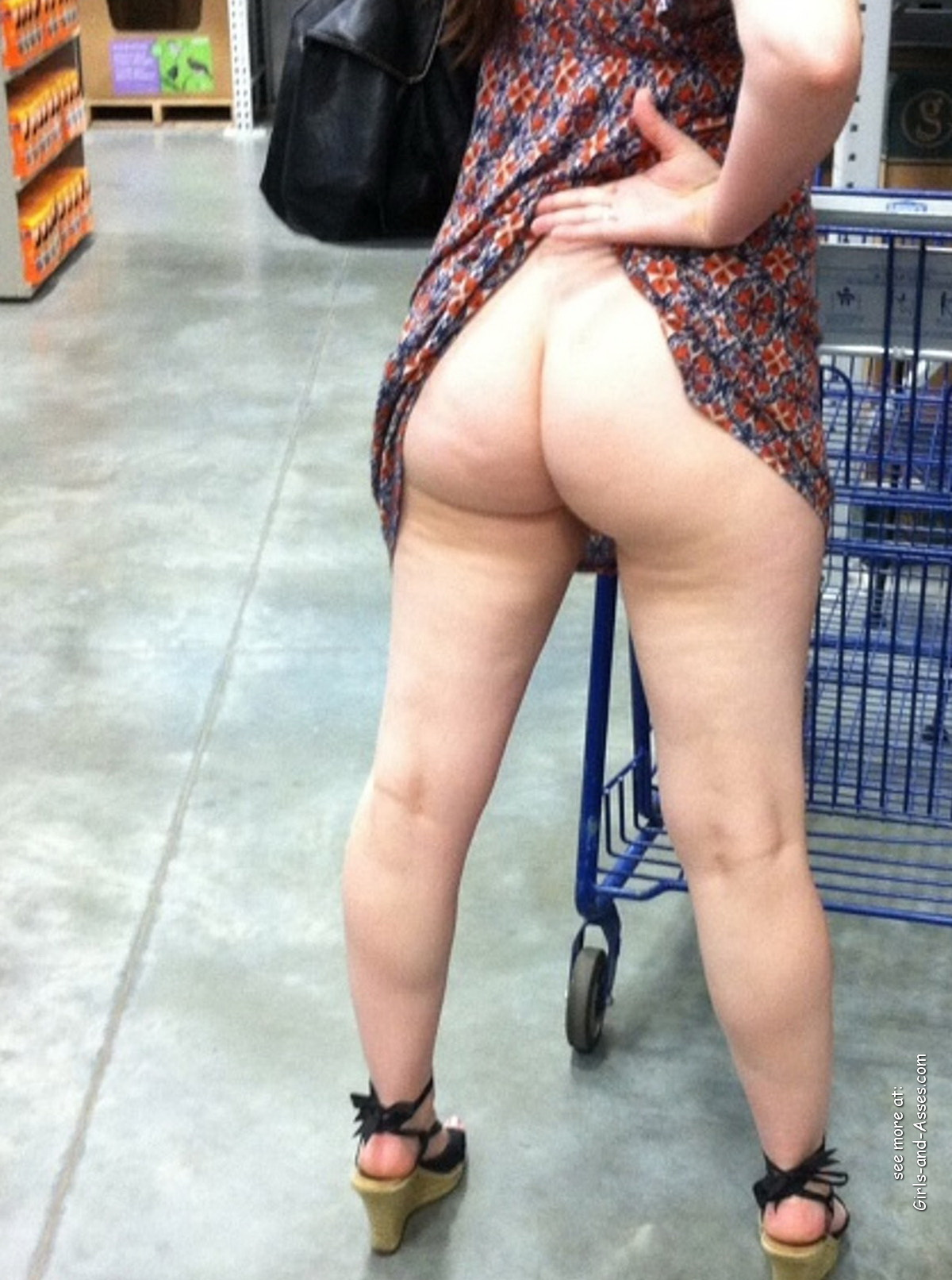 nude shopping photo girl shows ass in store 00724
