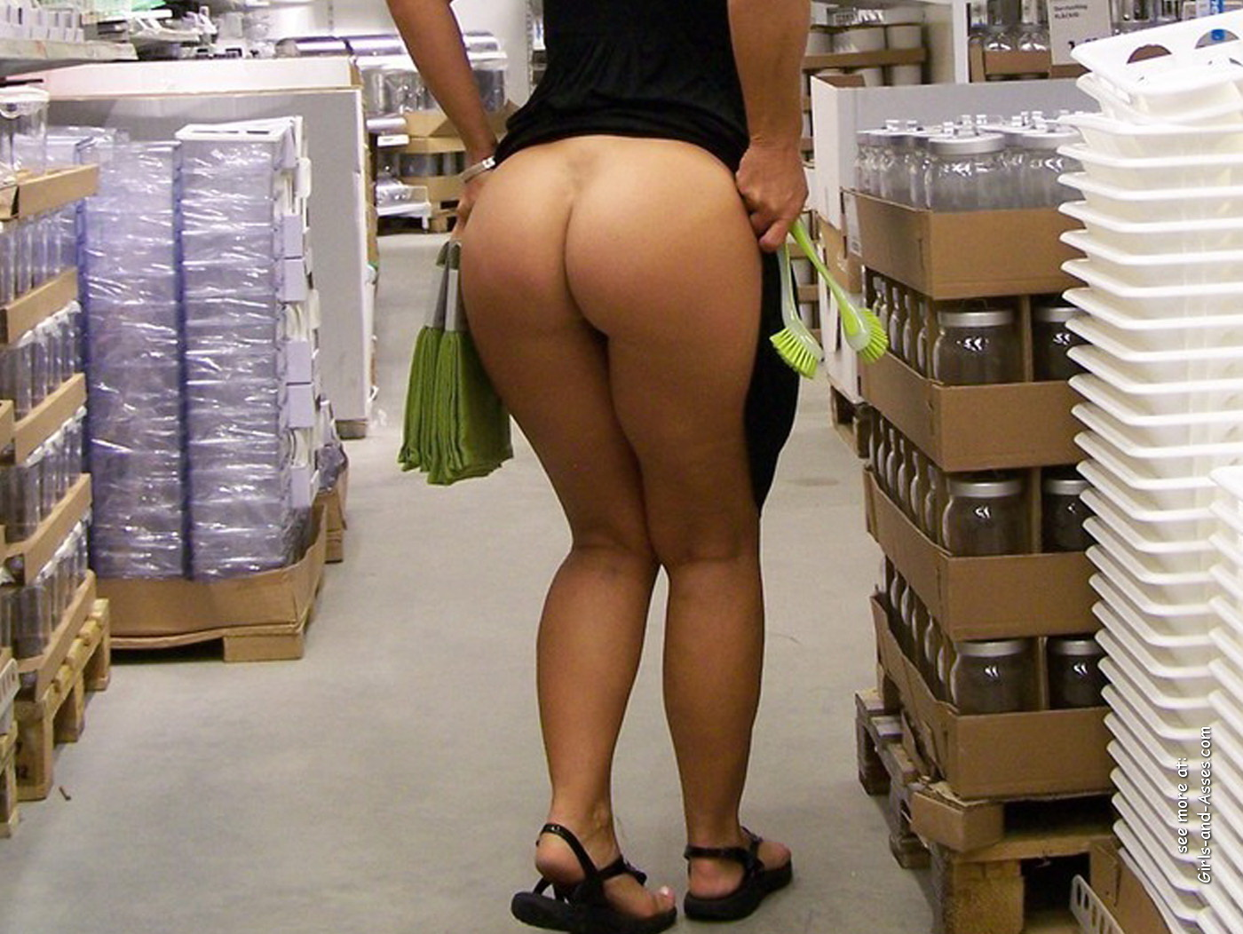 nude shopping photo girl shows ass in store 01305