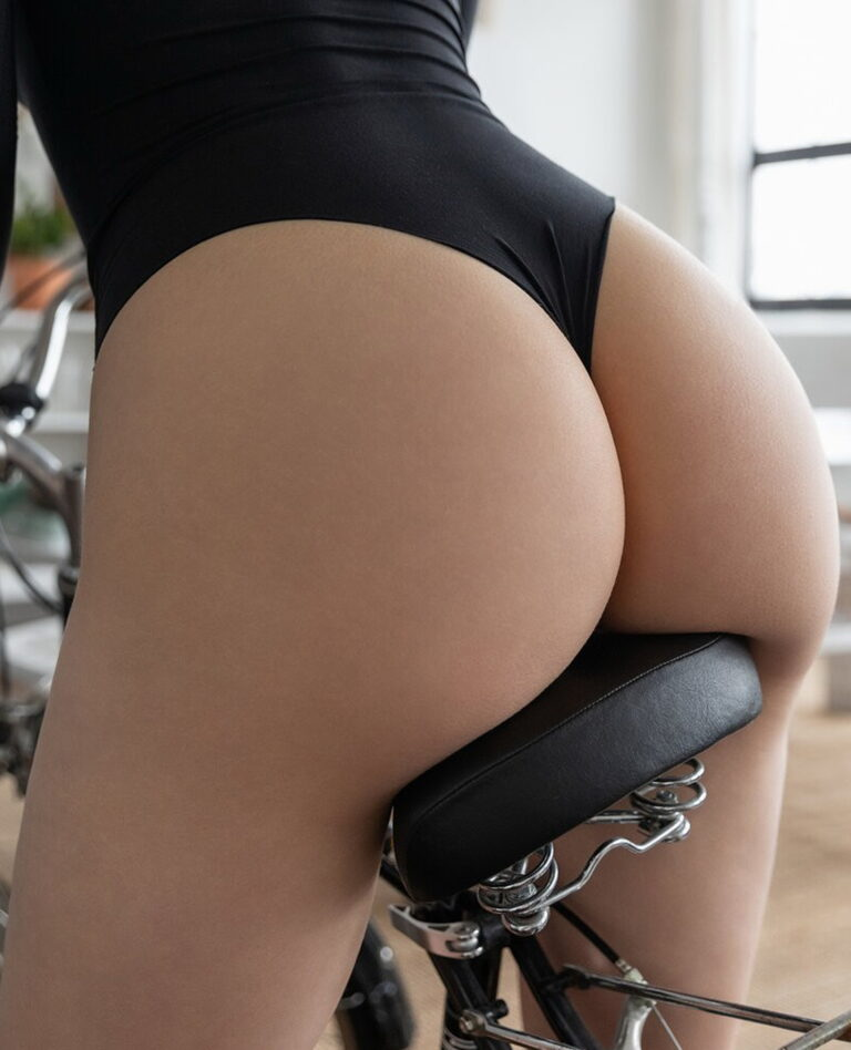 Girl with beautiful ass on bike picture 02443