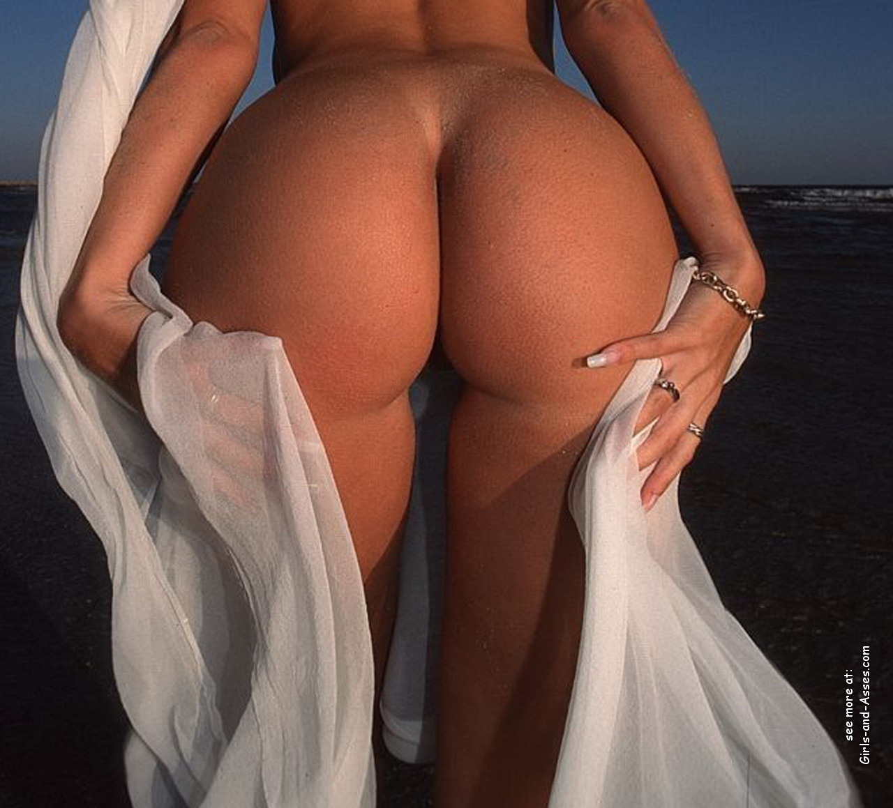 big booty naked women at the beach photo 01439