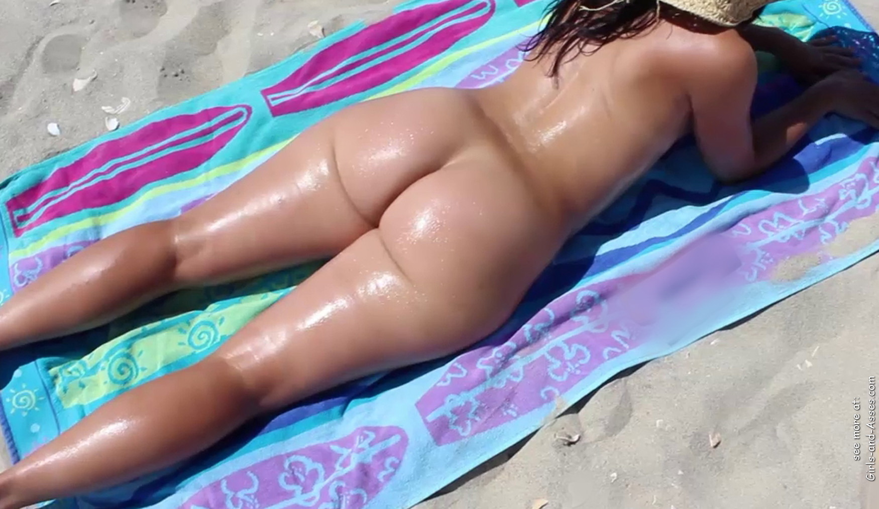 naked sunbathing tanning on the beach pic 00140