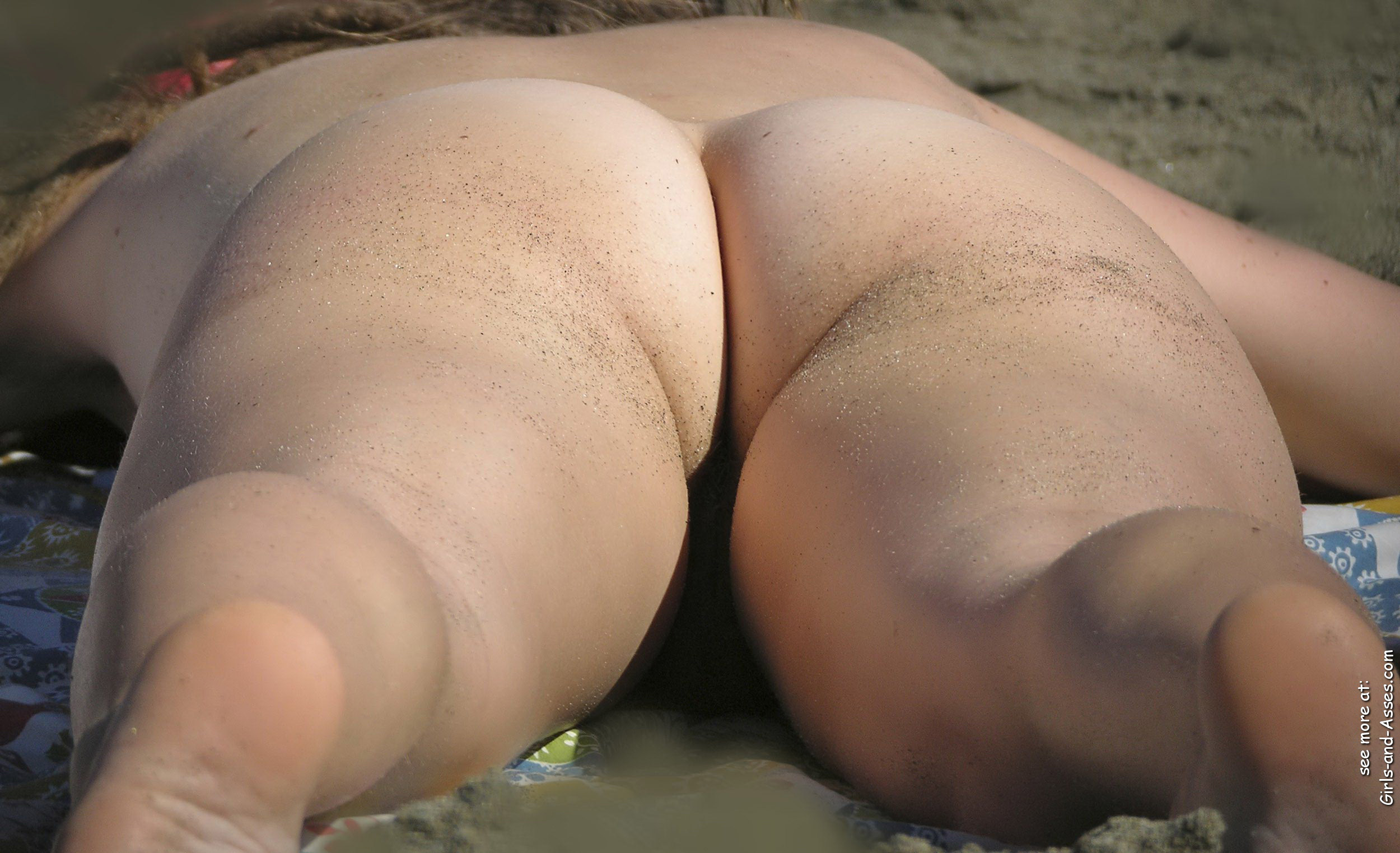 naked sunbathing tanning on the beach pic 00929