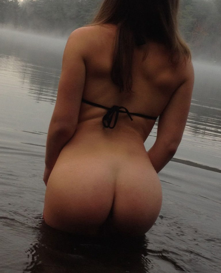 Naked girl with cute butt on the river photo 01502