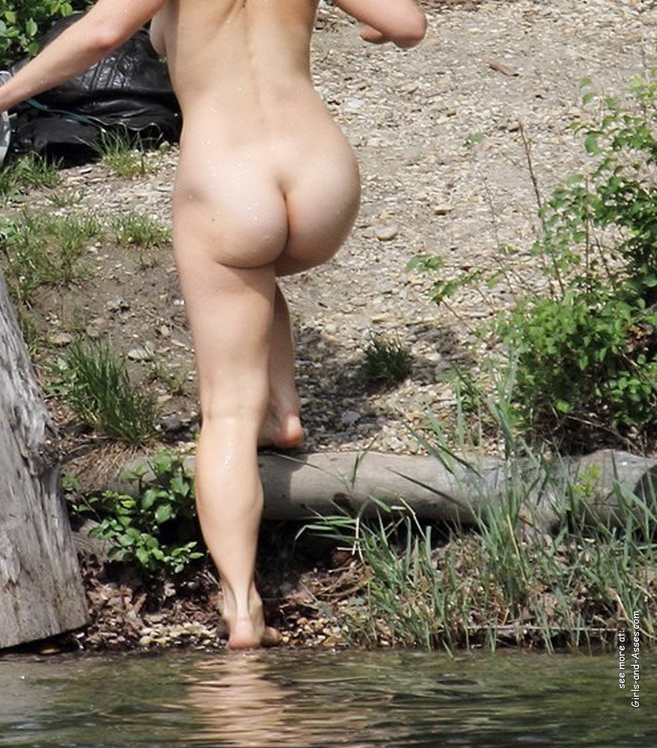 naked girl with cute butt on the river photo 02103