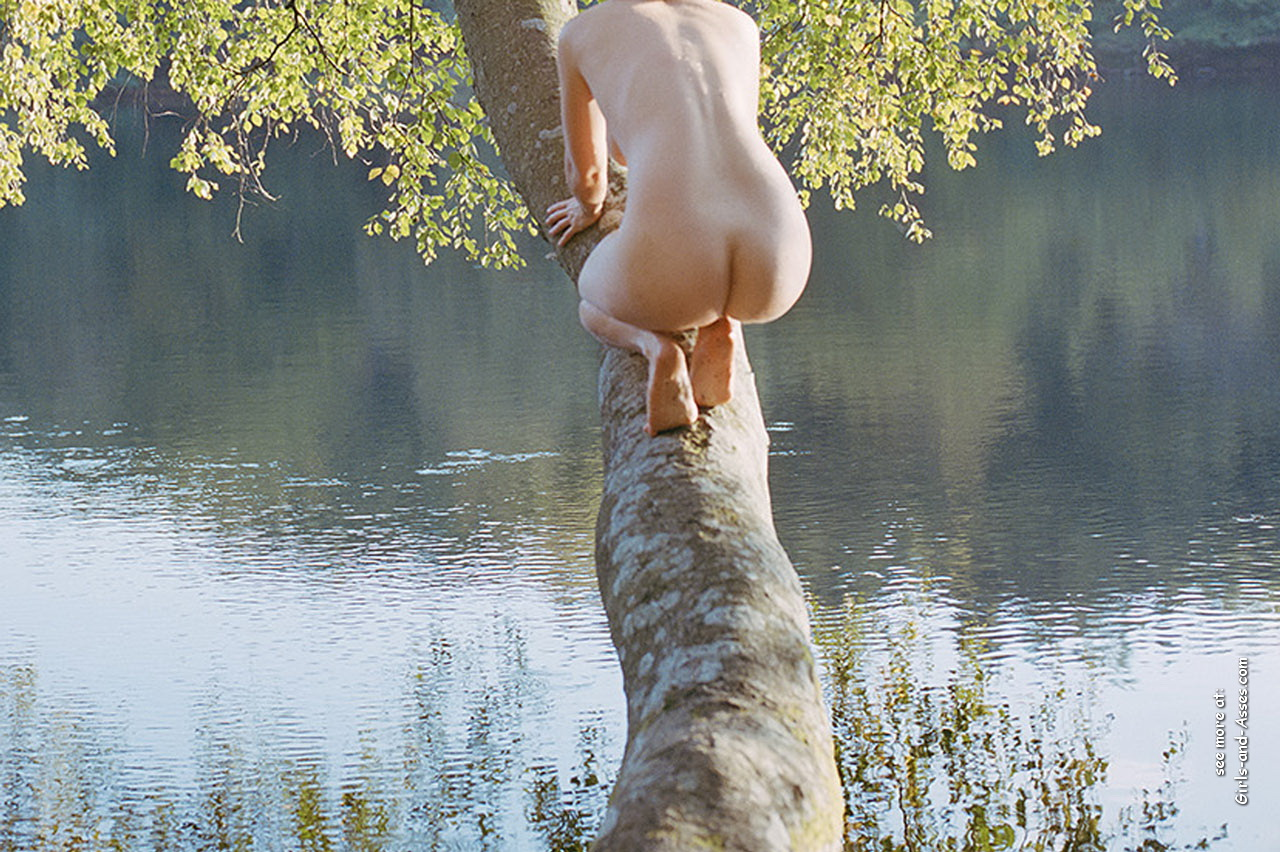 naked girl with cute butt on the river photo 04357