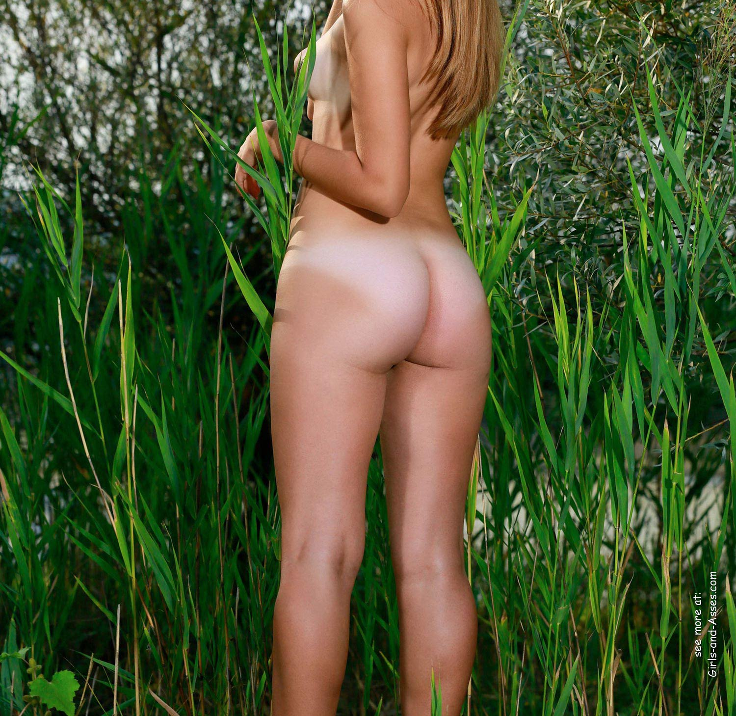 naked girl with cute butt on the river photo 06800