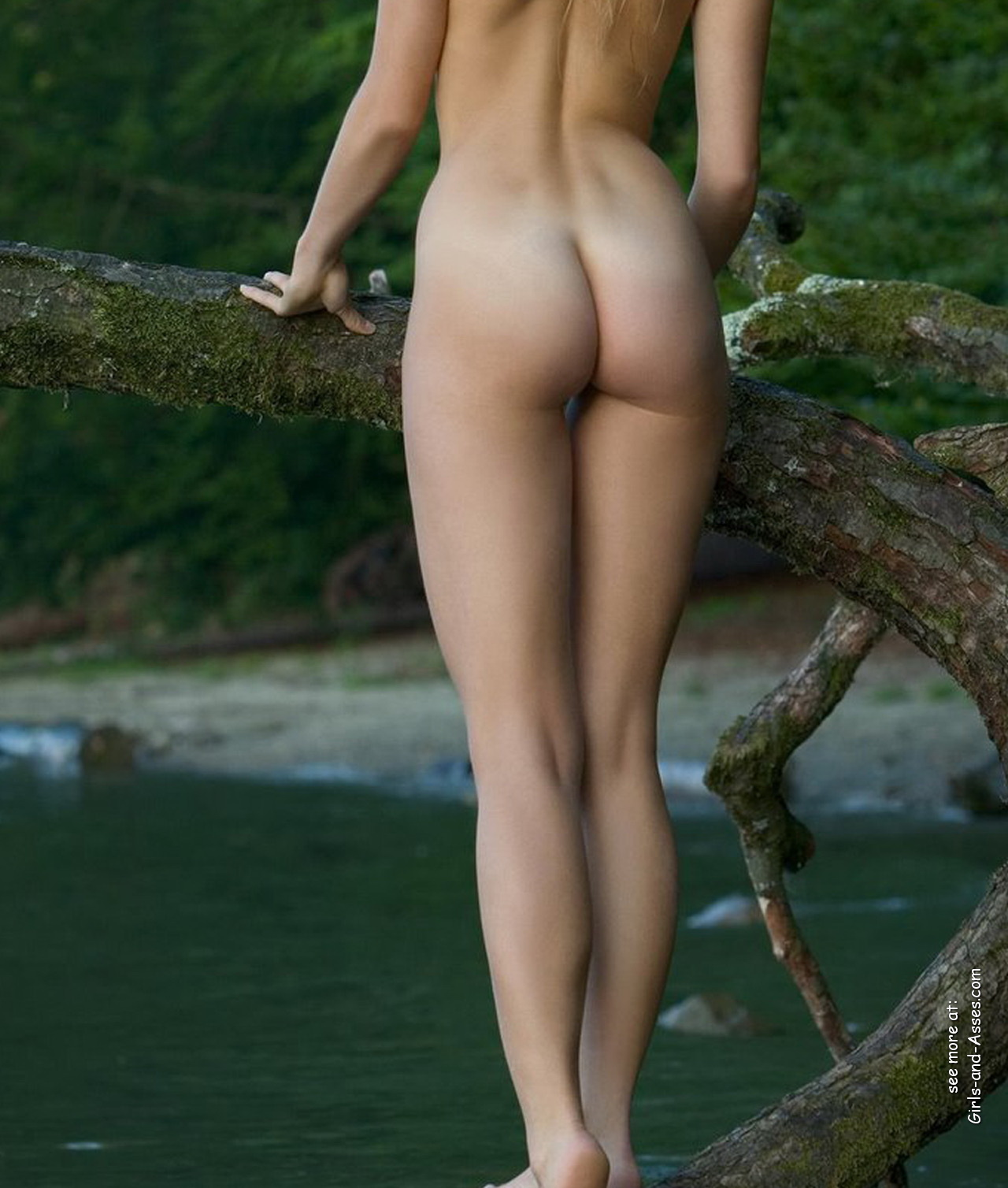 naked girl with cute butt on the river photo 07551