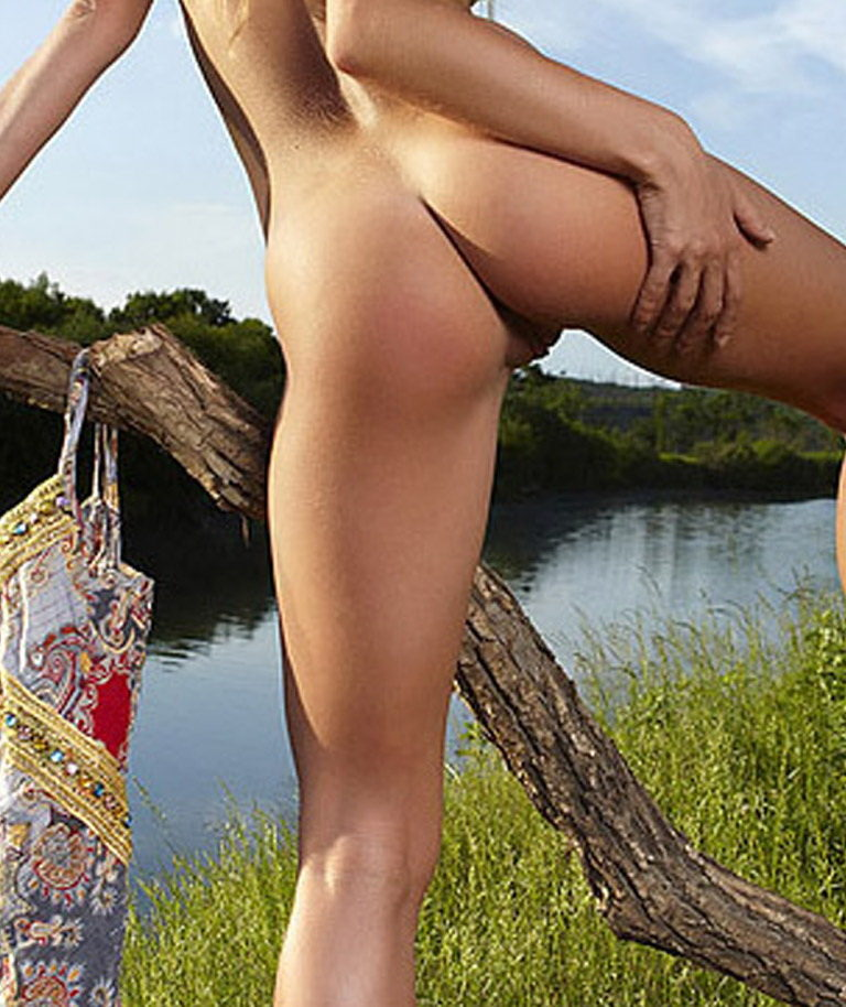 Naked girl with cute butt on the river photo 07908
