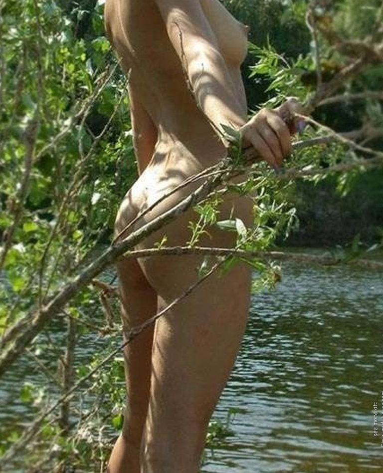 Naked girl with cute butt on the river photo 09758