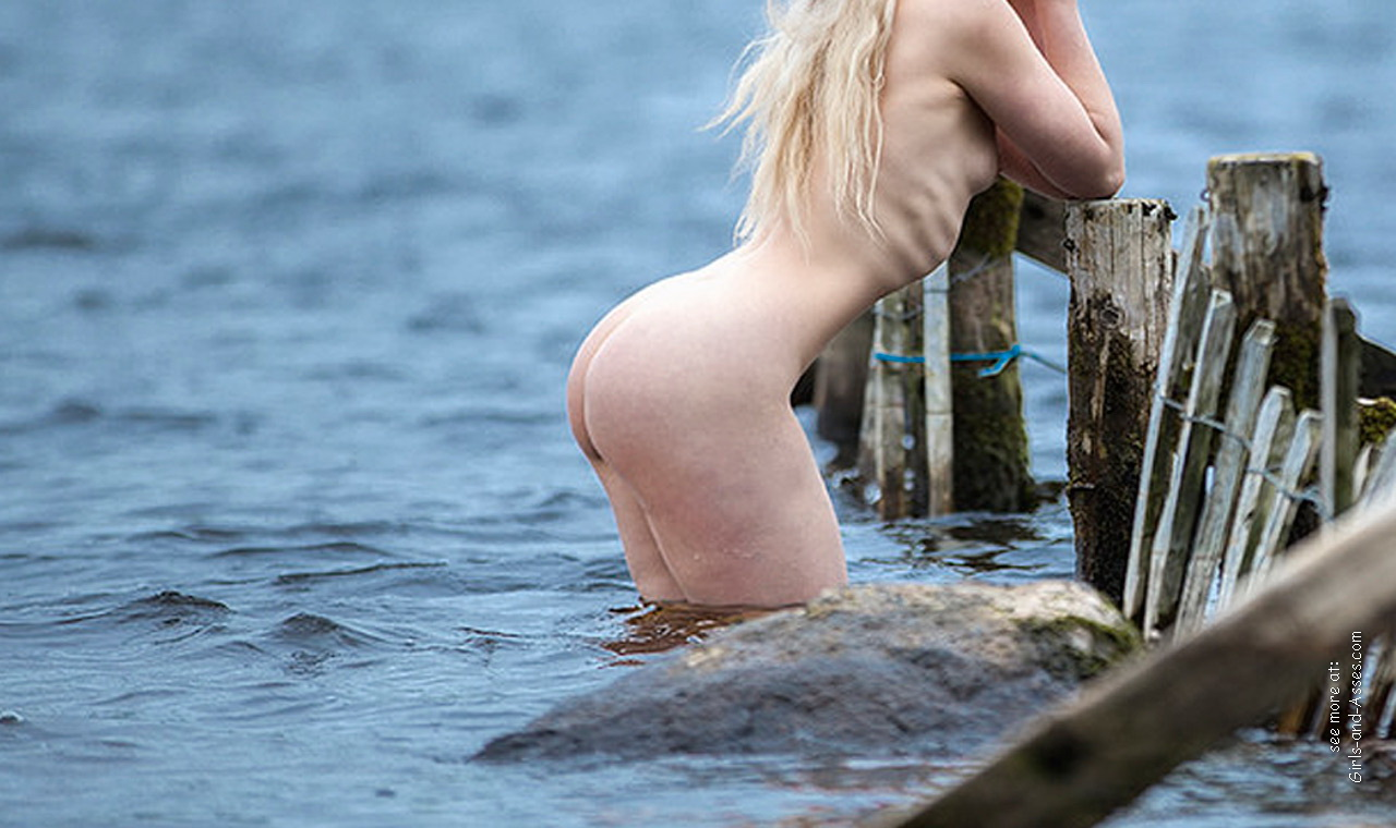 naked girl with cute butt on the river photo 12547