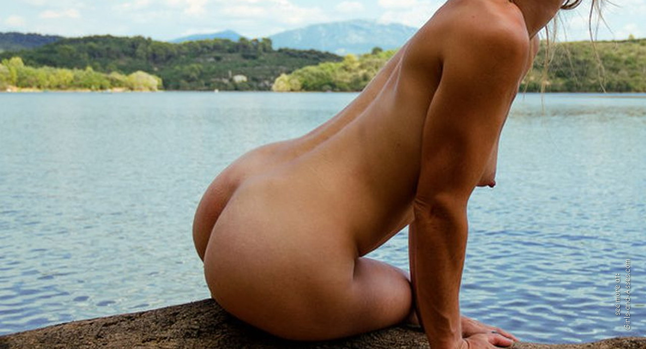 naked girl with cute butt on the river photo 13806