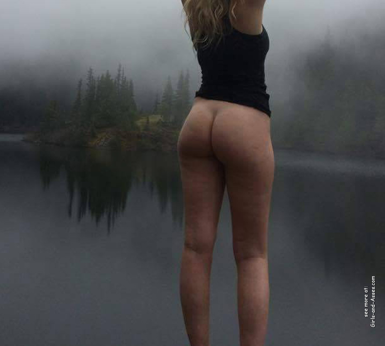 naked girl with cute butt on the river photo 15110