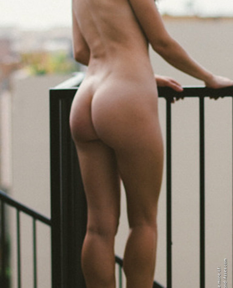 Nude female backside in public photo 02133