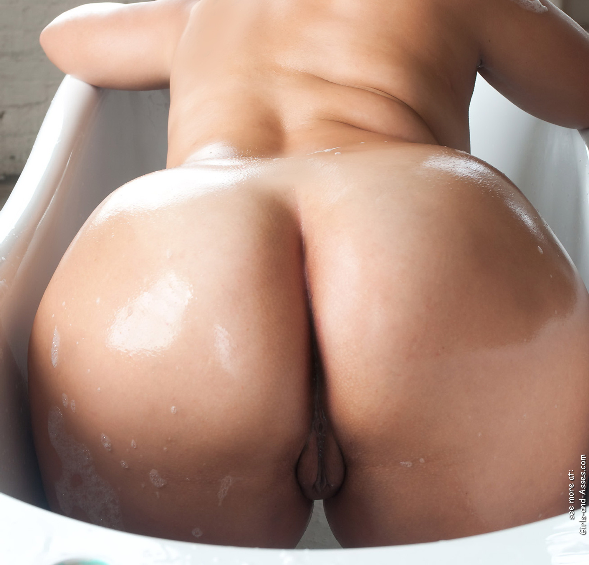 nude girl with massive ass in the bathtub photography 01648