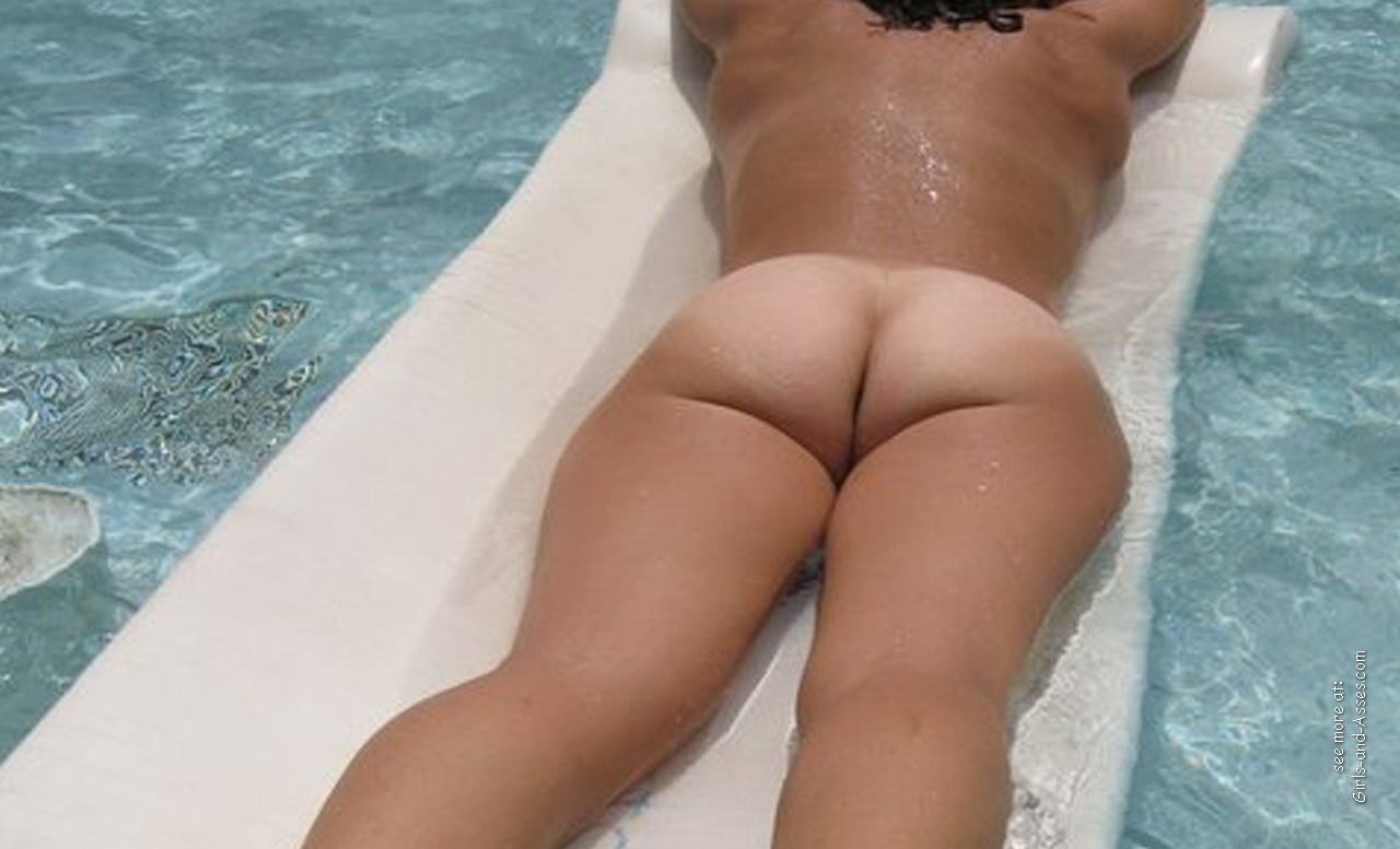 beautiful naked ass by the pool photo 00841
