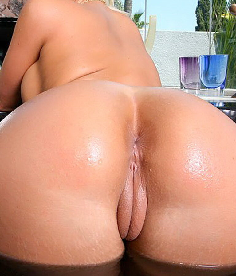 Big thick naked booty at the pool picture 00424