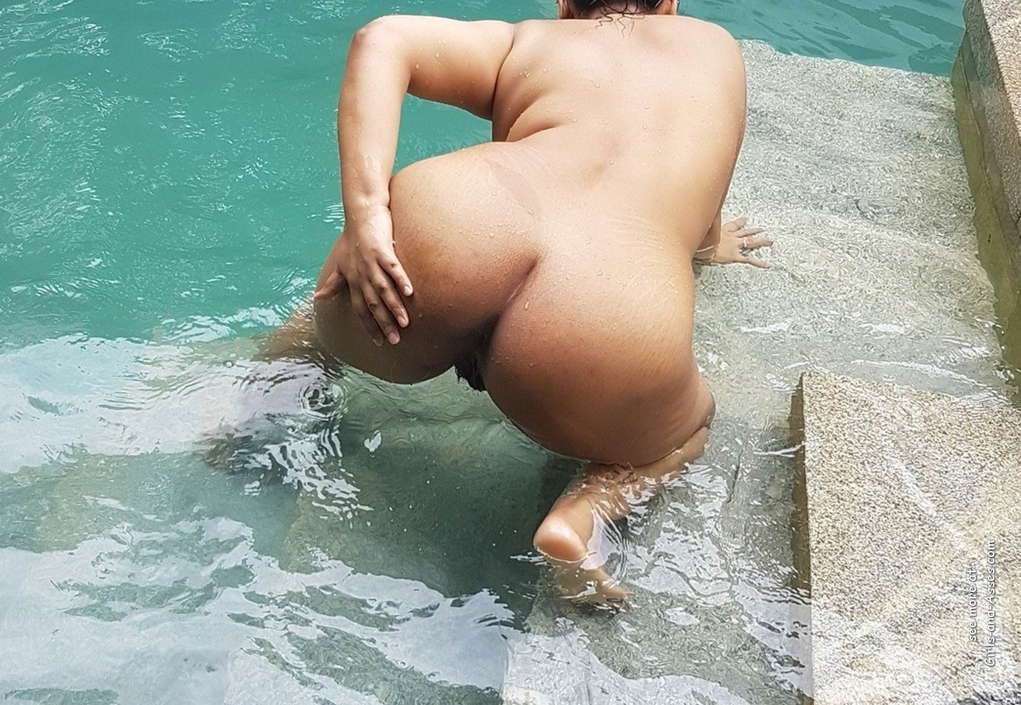big thick naked booty at the pool picture 02034
