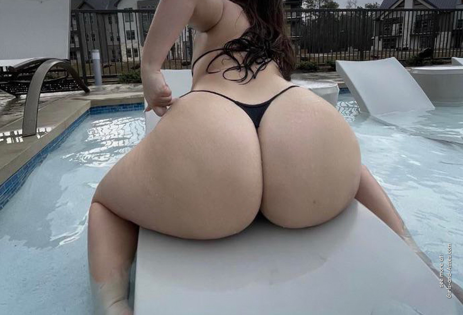 big thick naked booty at the pool picture 02127